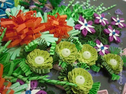 Здравствуйте дорогие гости и мастера! Представляю вам новую работу. Идея создать своеобразный, яркий образ цветочной клумбы, где цветы проросли между осколками плиток, напоминающие  пестрый стеклянный узор, навеяна детской игрушкой - калейдоскоп.  фото 4