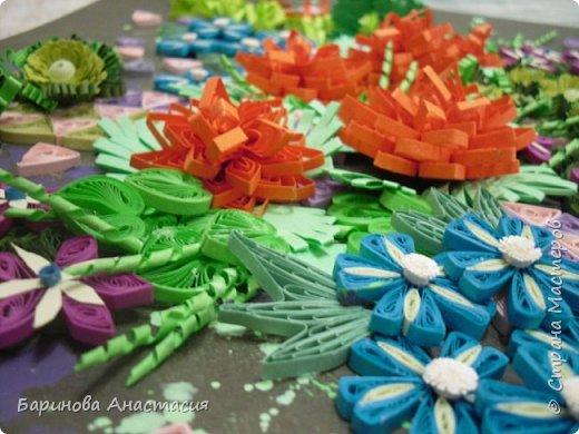 Здравствуйте дорогие гости и мастера! Представляю вам новую работу. Идея создать своеобразный, яркий образ цветочной клумбы, где цветы проросли между осколками плиток, напоминающие  пестрый стеклянный узор, навеяна детской игрушкой - калейдоскоп.  фото 5