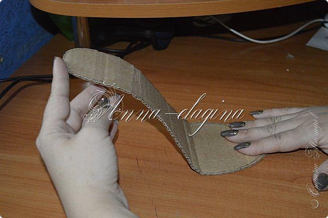 Здравствуйте дорогие рукодельницы! Сегодня я к вам с букетиком в туфельке. Для работы потребуется картон, ткань, бумага бархатная, атласные ленты, кружево, бусины, ну и клей с ножницами. фото 8