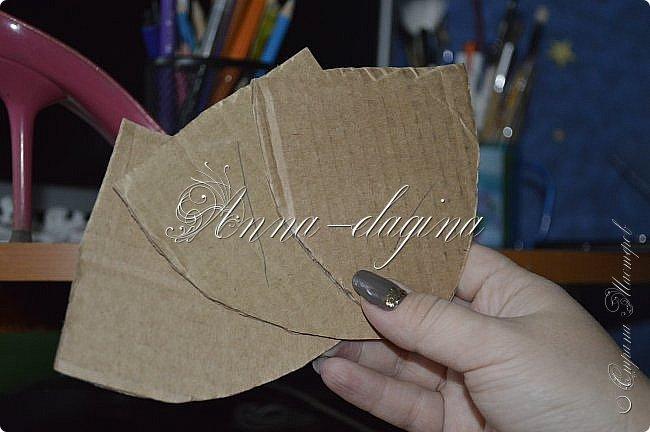 Здравствуйте дорогие рукодельницы! Сегодня я к вам с букетиком в туфельке. Для работы потребуется картон, ткань, бумага бархатная, атласные ленты, кружево, бусины, ну и клей с ножницами. фото 9