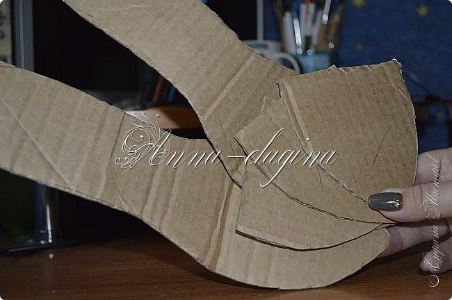 Здравствуйте дорогие рукодельницы! Сегодня я к вам с букетиком в туфельке. Для работы потребуется картон, ткань, бумага бархатная, атласные ленты, кружево, бусины, ну и клей с ножницами. фото 11