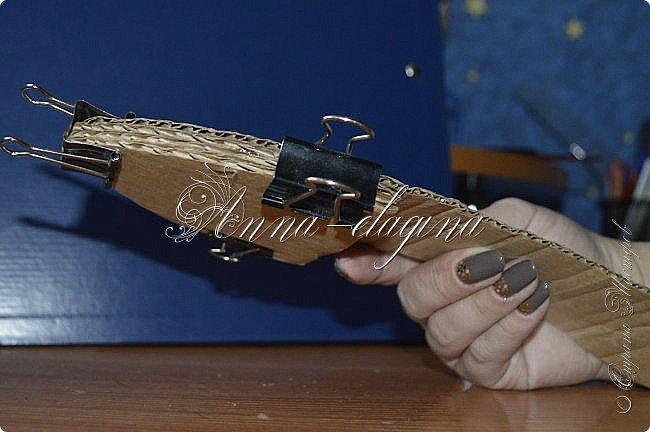Здравствуйте дорогие рукодельницы! Сегодня я к вам с букетиком в туфельке. Для работы потребуется картон, ткань, бумага бархатная, атласные ленты, кружево, бусины, ну и клей с ножницами. фото 12
