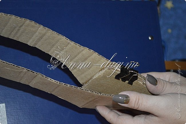 Здравствуйте дорогие рукодельницы! Сегодня я к вам с букетиком в туфельке. Для работы потребуется картон, ткань, бумага бархатная, атласные ленты, кружево, бусины, ну и клей с ножницами. фото 13