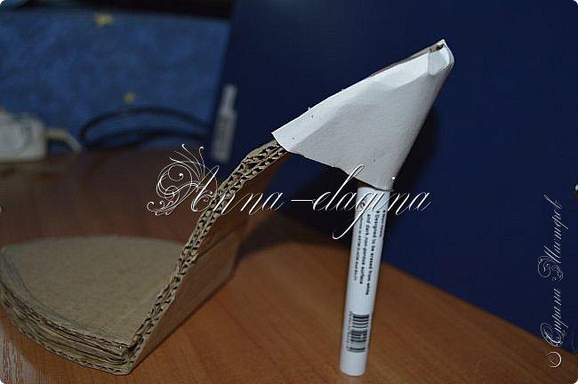 Здравствуйте дорогие рукодельницы! Сегодня я к вам с букетиком в туфельке. Для работы потребуется картон, ткань, бумага бархатная, атласные ленты, кружево, бусины, ну и клей с ножницами. фото 16