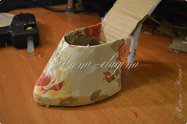 Здравствуйте дорогие рукодельницы! Сегодня я к вам с букетиком в туфельке. Для работы потребуется картон, ткань, бумага бархатная, атласные ленты, кружево, бусины, ну и клей с ножницами. фото 21