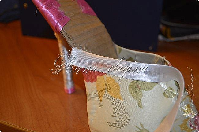 Здравствуйте дорогие рукодельницы! Сегодня я к вам с букетиком в туфельке. Для работы потребуется картон, ткань, бумага бархатная, атласные ленты, кружево, бусины, ну и клей с ножницами. фото 25