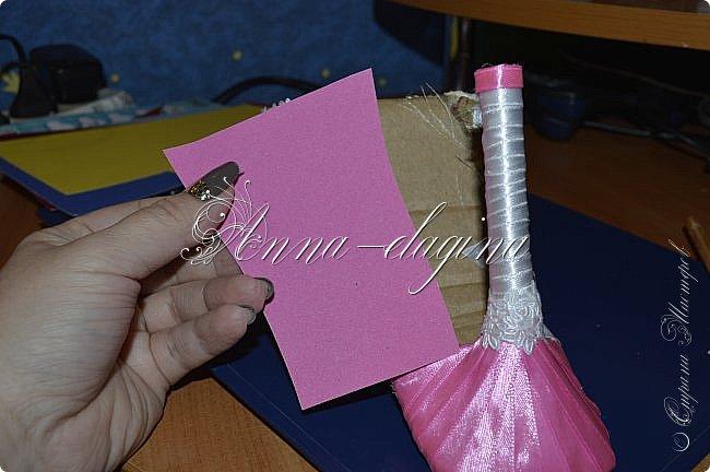 Здравствуйте дорогие рукодельницы! Сегодня я к вам с букетиком в туфельке. Для работы потребуется картон, ткань, бумага бархатная, атласные ленты, кружево, бусины, ну и клей с ножницами. фото 28