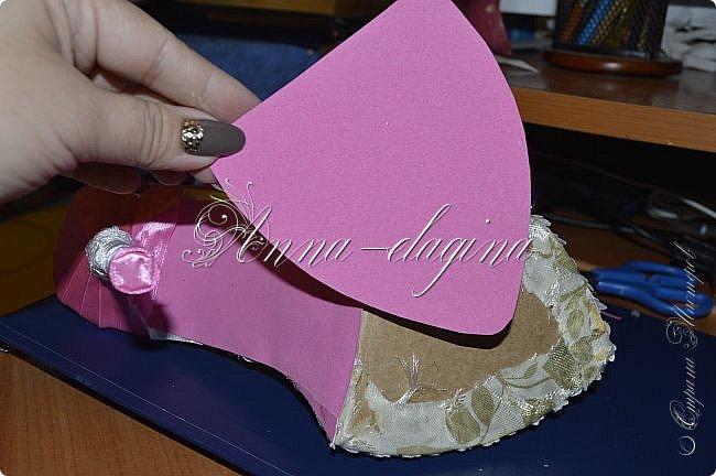 Здравствуйте дорогие рукодельницы! Сегодня я к вам с букетиком в туфельке. Для работы потребуется картон, ткань, бумага бархатная, атласные ленты, кружево, бусины, ну и клей с ножницами. фото 30