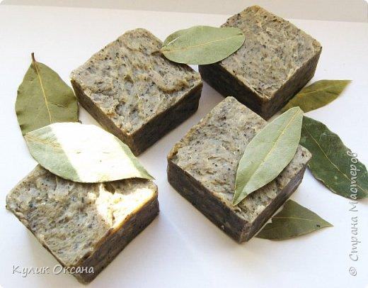 """Банное мыло """"Эвкалипт и лавр"""" Состав:Оливковое,кукурузное, кокосовое, пальмовое омыленые масла.  Ухаживающие масла: оливковое и облепиха. Отвар лавра и эвкалипта, молотый эвкалипт. Мыло подходит для тела. Лёгкий скраб-эффект. Прекрасно подходит для бани.  Мыло имеет натуральный аромат эвкалипта.100г. (+\-10г) фото 1"""