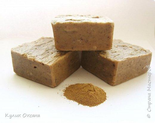 """Банное мыло """"Эвкалипт и лавр"""" Состав:Оливковое,кукурузное, кокосовое, пальмовое омыленые масла.  Ухаживающие масла: оливковое и облепиха. Отвар лавра и эвкалипта, молотый эвкалипт. Мыло подходит для тела. Лёгкий скраб-эффект. Прекрасно подходит для бани.  Мыло имеет натуральный аромат эвкалипта.100г. (+\-10г) фото 4"""
