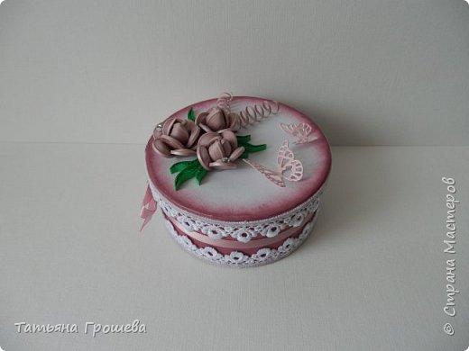 Ко дню рождения одной милой девушки сделала такую шкатулочку с розами. Для основы взяла готовую маленькую белую круглую картонную коробочку. фото 6