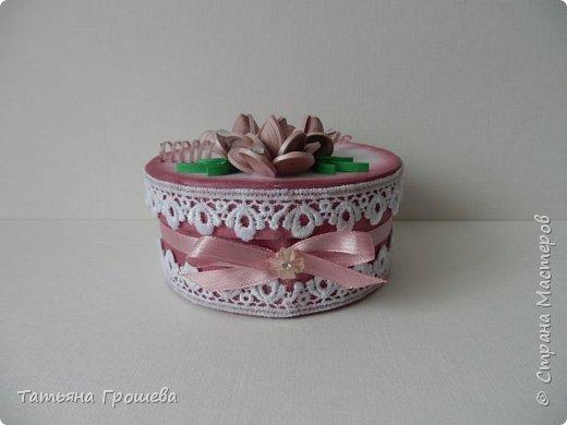 Ко дню рождения одной милой девушки сделала такую шкатулочку с розами. Для основы взяла готовую маленькую белую круглую картонную коробочку. фото 4