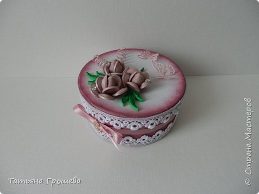 Ко дню рождения одной милой девушки сделала такую шкатулочку с розами. Для основы взяла готовую маленькую белую круглую картонную коробочку. фото 1