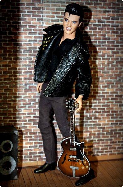 """Доброго времени суток!  Так сложилось, что практически все мои кукло-парни музыканты, а найти красивую и качественную модель гитары формата 1:6 достаточно тяжело (да и затратно). Поэтому я решила создать инструменты своими руками. Нужно отметить что до """"гитарных"""" опытов я полимерку в руках держала всего один раз.     Первой стала бас-гитара FENDER SQUIER AFFINITY PRECISION BASS для  моего любимого Сида. Если найти модель соло-гитары еще можно, то найти модель басухи почти нереально(я знаю, я пробовала).  За основу брала МК Сашули-красотули http://stranamasterov.ru/node/293031?c=favorite , за который ей огромное спасибо и низкий поклон!  Гитара выполнена из полимерной глины, струны и порожки на грифе -проволока, датчики на звукоснимателях- микробисер     фото 8"""
