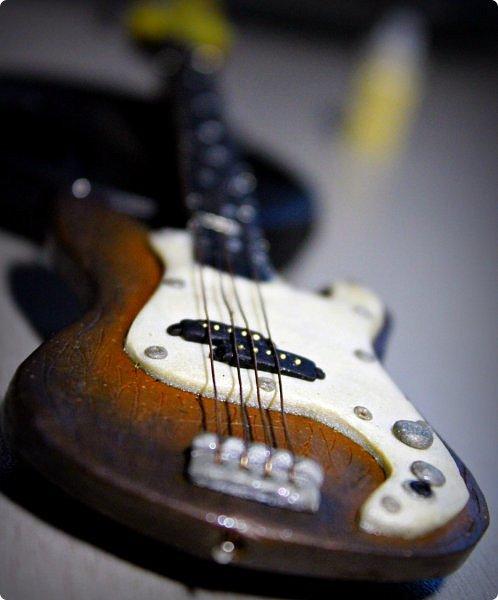 """Доброго времени суток!  Так сложилось, что практически все мои кукло-парни музыканты, а найти красивую и качественную модель гитары формата 1:6 достаточно тяжело (да и затратно). Поэтому я решила создать инструменты своими руками. Нужно отметить что до """"гитарных"""" опытов я полимерку в руках держала всего один раз.     Первой стала бас-гитара FENDER SQUIER AFFINITY PRECISION BASS для  моего любимого Сида. Если найти модель соло-гитары еще можно, то найти модель басухи почти нереально(я знаю, я пробовала).  За основу брала МК Сашули-красотули http://stranamasterov.ru/node/293031?c=favorite , за который ей огромное спасибо и низкий поклон!  Гитара выполнена из полимерной глины, струны и порожки на грифе -проволока, датчики на звукоснимателях- микробисер     фото 2"""