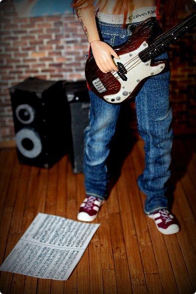 """Доброго времени суток!  Так сложилось, что практически все мои кукло-парни музыканты, а найти красивую и качественную модель гитары формата 1:6 достаточно тяжело (да и затратно). Поэтому я решила создать инструменты своими руками. Нужно отметить что до """"гитарных"""" опытов я полимерку в руках держала всего один раз.     Первой стала бас-гитара FENDER SQUIER AFFINITY PRECISION BASS для  моего любимого Сида. Если найти модель соло-гитары еще можно, то найти модель басухи почти нереально(я знаю, я пробовала).  За основу брала МК Сашули-красотули http://stranamasterov.ru/node/293031?c=favorite , за который ей огромное спасибо и низкий поклон!  Гитара выполнена из полимерной глины, струны и порожки на грифе -проволока, датчики на звукоснимателях- микробисер     фото 6"""