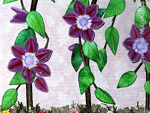 """Здравствуйте дорогие жители Страны мастеров! Очень хочется лета, солнышка и тепла. Хорошо. тем кто родился летом, всё цветёт, каждая травинка, а как быть нам, зимним. Вот и приходится """"выращивать"""" цветы на день рождения из бумаги. Что я и сделала. Перед вами картина с клематисами на шпалере.Очень люблю эти цветы! В качестве шпалеры взяты тонкие веточки ивы  обыкновенной, а для низа брала мох-ягель. привезённый мужем летом из леса .Клематисы сделаны по МК  Натальи Крайновой. Большое спасибо  Наташа  тебе  за подробное описание процесса! Фоном послужилабумага для скрапа. Работой очень довольна!!!.Приглашаю и вас всех к просмотру! фото 4"""