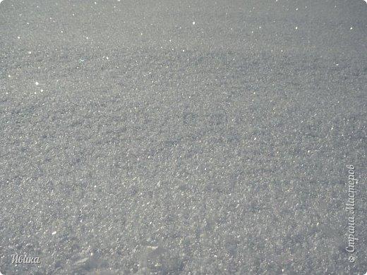 """Зима у нас очень """"странная"""" в этом году. Снежных, морозных, по настоящему зимних дней, практически, не было. Но... в Новый год у нас был и снег пушистый и мороз трескучий! Да такой, что фото всей этой красоты мне """"обошлось"""" в замерзшие почти до лёгкого отмораживания рук (в варежках-перчатках нуууу очень неудобно было). -22-24 мороза, %70-75 влажности - и вот такая красота на деревьях и кустах! Часть фото сделано  на фотоаппарат, часть - на телефон. Фотоаппарат отказался работать в таких условиях, телефон ему """"поддакивал"""".  Оно и понятно, в тепле-в добре оно получше за зимней красотой наблюдать. Предлагаю и вам посмотреть, то что успела сфотографировать.  Это - грецкий орех. Приодели его в такой вот наряд. Лёгкая наледь и иней такой бархатистый на вид. И всё это на фоне голубого неба. фото 22"""