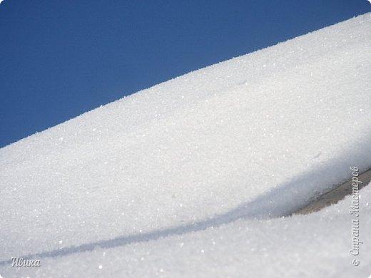 """Зима у нас очень """"странная"""" в этом году. Снежных, морозных, по настоящему зимних дней, практически, не было. Но... в Новый год у нас был и снег пушистый и мороз трескучий! Да такой, что фото всей этой красоты мне """"обошлось"""" в замерзшие почти до лёгкого отмораживания рук (в варежках-перчатках нуууу очень неудобно было). -22-24 мороза, %70-75 влажности - и вот такая красота на деревьях и кустах! Часть фото сделано  на фотоаппарат, часть - на телефон. Фотоаппарат отказался работать в таких условиях, телефон ему """"поддакивал"""".  Оно и понятно, в тепле-в добре оно получше за зимней красотой наблюдать. Предлагаю и вам посмотреть, то что успела сфотографировать.  Это - грецкий орех. Приодели его в такой вот наряд. Лёгкая наледь и иней такой бархатистый на вид. И всё это на фоне голубого неба. фото 23"""