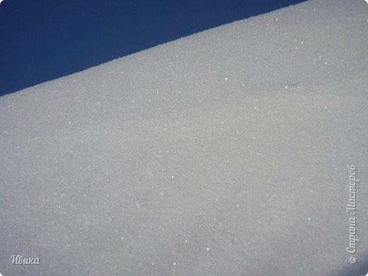 """Зима у нас очень """"странная"""" в этом году. Снежных, морозных, по настоящему зимних дней, практически, не было. Но... в Новый год у нас был и снег пушистый и мороз трескучий! Да такой, что фото всей этой красоты мне """"обошлось"""" в замерзшие почти до лёгкого отмораживания рук (в варежках-перчатках нуууу очень неудобно было). -22-24 мороза, %70-75 влажности - и вот такая красота на деревьях и кустах! Часть фото сделано  на фотоаппарат, часть - на телефон. Фотоаппарат отказался работать в таких условиях, телефон ему """"поддакивал"""".  Оно и понятно, в тепле-в добре оно получше за зимней красотой наблюдать. Предлагаю и вам посмотреть, то что успела сфотографировать.  Это - грецкий орех. Приодели его в такой вот наряд. Лёгкая наледь и иней такой бархатистый на вид. И всё это на фоне голубого неба. фото 24"""