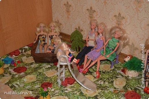Вот такой уличный двор для кукол сделала я для своих дочек  фото 3