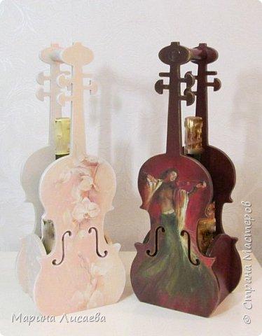 Здравствуйте, мои дорогие жители Страны Мастеров! Я пришла к вам сегодня со скрипками…  Играть на них конечно невозможно, но смотреть на них – сколько угодно!  Делались они дооолго. Пришлось поближе познакомиться с фотошопом, чтобы красиво вписать в контуры этого музыкального инструмента все композиции, тут и подрисовка, но отдельная песня – это шлифовка… Кто когда-то  декорировал фанеру с различными мелкими формами и прорезями – тот меня поймёт…  Я с ними как с хрустальными вазочками… Ой, похоже я ухожу в минор, а это не по-нашински! Вообщем  - почувствовала я  себя почти Страдивари!     фото 1