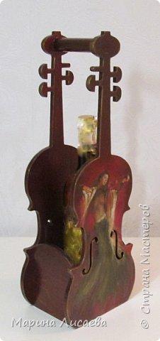 Здравствуйте, мои дорогие жители Страны Мастеров! Я пришла к вам сегодня со скрипками…  Играть на них конечно невозможно, но смотреть на них – сколько угодно!  Делались они дооолго. Пришлось поближе познакомиться с фотошопом, чтобы красиво вписать в контуры этого музыкального инструмента все композиции, тут и подрисовка, но отдельная песня – это шлифовка… Кто когда-то  декорировал фанеру с различными мелкими формами и прорезями – тот меня поймёт…  Я с ними как с хрустальными вазочками… Ой, похоже я ухожу в минор, а это не по-нашински! Вообщем  - почувствовала я  себя почти Страдивари!     фото 3
