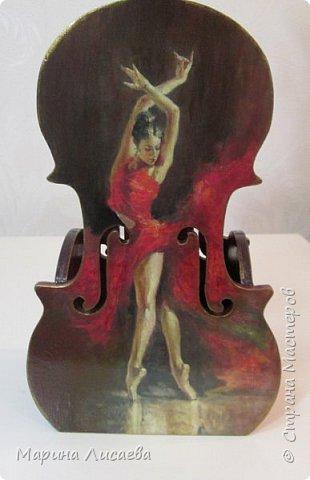 Здравствуйте, мои дорогие жители Страны Мастеров! Я пришла к вам сегодня со скрипками…  Играть на них конечно невозможно, но смотреть на них – сколько угодно!  Делались они дооолго. Пришлось поближе познакомиться с фотошопом, чтобы красиво вписать в контуры этого музыкального инструмента все композиции, тут и подрисовка, но отдельная песня – это шлифовка… Кто когда-то  декорировал фанеру с различными мелкими формами и прорезями – тот меня поймёт…  Я с ними как с хрустальными вазочками… Ой, похоже я ухожу в минор, а это не по-нашински! Вообщем  - почувствовала я  себя почти Страдивари!     фото 5