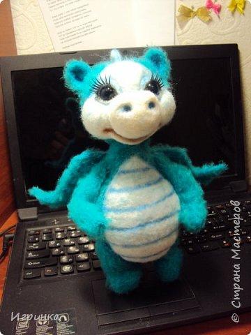 Здравствуйте друзья! Представляю на Ваш суд новую игрушку, связанную в онлайне на форуме амигуруми. Автор этого замечательного дракончика замечательная мастерица с ником на форуме ЭльвираА. фото 2