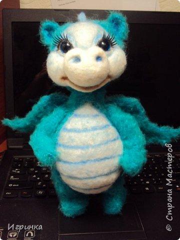 Здравствуйте друзья! Представляю на Ваш суд новую игрушку, связанную в онлайне на форуме амигуруми. Автор этого замечательного дракончика замечательная мастерица с ником на форуме ЭльвираА. фото 1