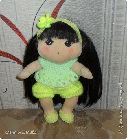 Сделала я себе подарок ко дню рождения и заказала ткань из которой шьют корейских кукол  что могу сказать, ткань мягкая, бархотная, мало тянется, в целом, работать с ней приятно, особенно приятен результат ( куклу хочется гладить и тискать) а ткань заказала насмотревшись на корейских пупсов и кукол ( не тряпиенсов) и решилась, наконец, своять себе такого пупсенка, а вот и результат моего труда, не считая некоторых недочетов, девочка мне нравится фото 3