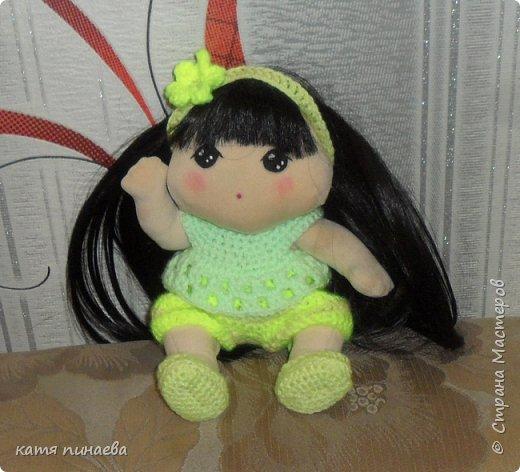 Сделала я себе подарок ко дню рождения и заказала ткань из которой шьют корейских кукол  что могу сказать, ткань мягкая, бархотная, мало тянется, в целом, работать с ней приятно, особенно приятен результат ( куклу хочется гладить и тискать) а ткань заказала насмотревшись на корейских пупсов и кукол ( не тряпиенсов) и решилась, наконец, своять себе такого пупсенка, а вот и результат моего труда, не считая некоторых недочетов, девочка мне нравится фото 2