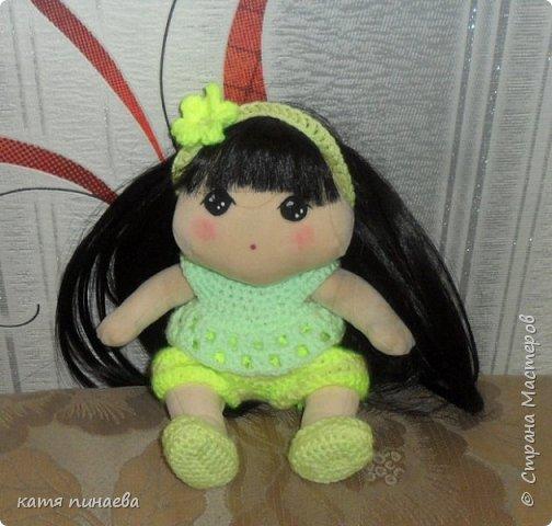 Сделала я себе подарок ко дню рождения и заказала ткань из которой шьют корейских кукол  что могу сказать, ткань мягкая, бархотная, мало тянется, в целом, работать с ней приятно, особенно приятен результат ( куклу хочется гладить и тискать) а ткань заказала насмотревшись на корейских пупсов и кукол ( не тряпиенсов) и решилась, наконец, своять себе такого пупсенка, а вот и результат моего труда, не считая некоторых недочетов, девочка мне нравится фото 1