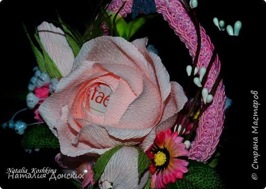 Добрый день моя любимая страна ! Хочу начать с моей на данный момент самой любимой работы! Жалко было даже расставаться. Как же приятно, что есть такие заказчицы которые делают такие подарки своим самым дорогим мамам. К корзинке 53 розы. фото 21