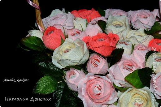 Добрый день моя любимая страна ! Хочу начать с моей на данный момент самой любимой работы! Жалко было даже расставаться. Как же приятно, что есть такие заказчицы которые делают такие подарки своим самым дорогим мамам. К корзинке 53 розы. фото 1