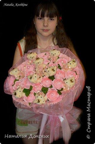 Добрый день моя любимая страна ! Хочу начать с моей на данный момент самой любимой работы! Жалко было даже расставаться. Как же приятно, что есть такие заказчицы которые делают такие подарки своим самым дорогим мамам. К корзинке 53 розы. фото 22