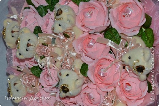 Добрый день моя любимая страна ! Хочу начать с моей на данный момент самой любимой работы! Жалко было даже расставаться. Как же приятно, что есть такие заказчицы которые делают такие подарки своим самым дорогим мамам. К корзинке 53 розы. фото 23