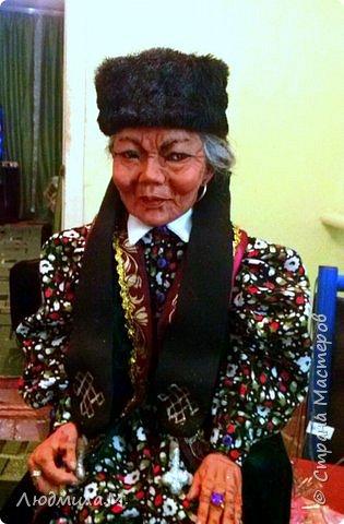 """Страна мастеров, добрый день! Дорогие мастера, выношу на ваш суд мою последнюю работу. Это две куколки  - бабушка и внук. Бабушка одета в калмыцкий костюм. Но не сценического формата, а повседневный, не нарядный. К присевшей отдохнуть бабушке за утешением и лаской прибежал с улицы обиженный внук - маленький фанат местной футбольной команды """"Уралан"""", эмблема которой у него на футболке ( в слегка упрощённом варианте). Рядом с доброй бабушкой проходят разом все горести и обиды. Они очень близки, эти родные люди разных поколений. фото 3"""