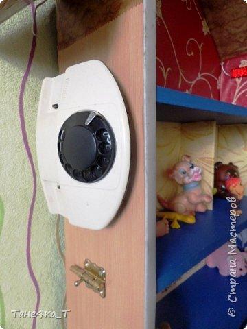 Вот такой домик соорудили мальчишкам из ненужной полочки. Просто приделали крышу, и обклеили остатками обоев, что нашлись в доме. Старший играет в нём с лего, младший игрушками, плюс для него привинчен телефон, крючки, и ещё повесим что-нибудь, что попадется. Так же сделана подсветка.  фото 2