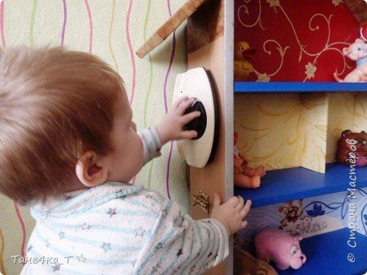 Вот такой домик соорудили мальчишкам из ненужной полочки. Просто приделали крышу, и обклеили остатками обоев, что нашлись в доме. Старший играет в нём с лего, младший игрушками, плюс для него привинчен телефон, крючки, и ещё повесим что-нибудь, что попадется. Так же сделана подсветка.  фото 7