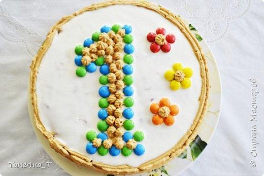 Моё первое украшательство торта кондитерским шприцом. Впервые взяла в руки, не было времени долго возится, поэтому сделала быстро и просто. Бисквит, пропитан и проложен фруктами, украшен масляным кремом с М&М. фото 1