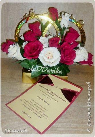 """Представленная композиция из роз с конфеткой внутри оригинально дополнит Ваш основной подарок на свадьбу. Так же она может быть использована как декор свадебного стола, который в последующем продолжит радовать молодожёнов сладкими воспоминаниями о главном торжественном празднике их новой жизни.  Данная композиция состоит из 27 роз. Цвет роз: марсала, слоновая кость.  Внутри бутонов конфеты """"Рафаэлло"""", """"Коркунов"""". Крепится на коробке конфет """"Ферреро роше"""".  Размер композиции 30см на 20 см.  Количество роз, цвет и размер композиции  возможен в любом исполнении. Упаковка конфет не нарушена. Все конфеты легко извлекаются из бутонов, не нарушая их форму. фото 2"""