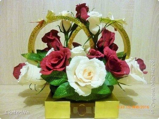 """Представленная композиция из роз с конфеткой внутри оригинально дополнит Ваш основной подарок на свадьбу. Так же она может быть использована как декор свадебного стола, который в последующем продолжит радовать молодожёнов сладкими воспоминаниями о главном торжественном празднике их новой жизни.  Данная композиция состоит из 27 роз. Цвет роз: марсала, слоновая кость.  Внутри бутонов конфеты """"Рафаэлло"""", """"Коркунов"""". Крепится на коробке конфет """"Ферреро роше"""".  Размер композиции 30см на 20 см.  Количество роз, цвет и размер композиции  возможен в любом исполнении. Упаковка конфет не нарушена. Все конфеты легко извлекаются из бутонов, не нарушая их форму. фото 1"""