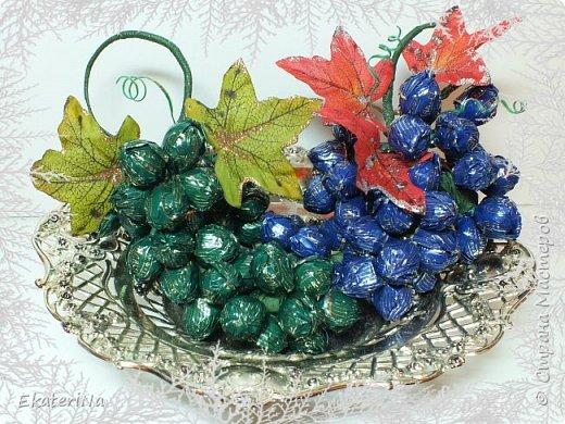 Съёмное украшение в виде грозди винограда из конфет Sharlet на бутылку шампанского либо любого другого напитка. Эксклюзивное решение для оформления подарка к любому празднику коллегам, друзьям и родственникам. ВИНОГРАД — один из древнейших символов плодородия, изобилия, богатства и жизненной силы!!! Планируете начать новый бизнес, удачно найти работу или просто изменить жизнь к лучшему? Украсьте гроздью винограда праздничный стол, интерьер кабинета или квартиры, наслаждайтесь сладостью каждой конфетной ягоды, и сила символики сделает своё дело!!! фото 1