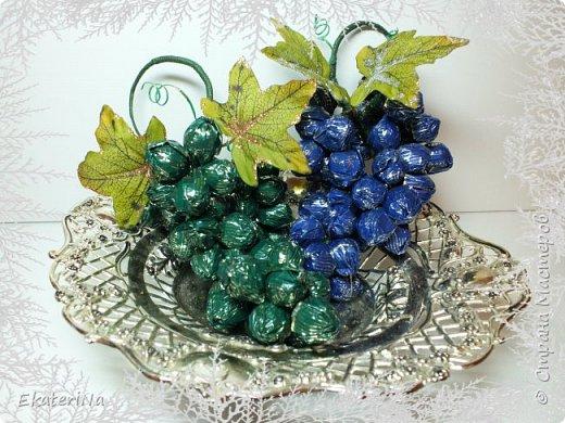 Съёмное украшение в виде грозди винограда из конфет Sharlet на бутылку шампанского либо любого другого напитка. Эксклюзивное решение для оформления подарка к любому празднику коллегам, друзьям и родственникам. ВИНОГРАД — один из древнейших символов плодородия, изобилия, богатства и жизненной силы!!! Планируете начать новый бизнес, удачно найти работу или просто изменить жизнь к лучшему? Украсьте гроздью винограда праздничный стол, интерьер кабинета или квартиры, наслаждайтесь сладостью каждой конфетной ягоды, и сила символики сделает своё дело!!! фото 2