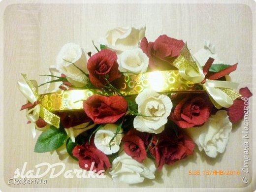 """Представленная композиция из роз с конфеткой внутри оригинально дополнит Ваш основной подарок на свадьбу. Так же она может быть использована как декор свадебного стола, который в последующем продолжит радовать молодожёнов сладкими воспоминаниями о главном торжественном празднике их новой жизни.  Данная композиция состоит из 27 роз. Цвет роз: марсала, слоновая кость.  Внутри бутонов конфеты """"Рафаэлло"""", """"Коркунов"""". Крепится на коробке конфет """"Ферреро роше"""".  Размер композиции 30см на 20 см.  Количество роз, цвет и размер композиции  возможен в любом исполнении. Упаковка конфет не нарушена. Все конфеты легко извлекаются из бутонов, не нарушая их форму. фото 4"""