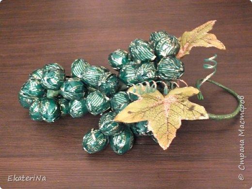 Съёмное украшение в виде грозди винограда из конфет Sharlet на бутылку шампанского либо любого другого напитка. Эксклюзивное решение для оформления подарка к любому празднику коллегам, друзьям и родственникам. ВИНОГРАД — один из древнейших символов плодородия, изобилия, богатства и жизненной силы!!! Планируете начать новый бизнес, удачно найти работу или просто изменить жизнь к лучшему? Украсьте гроздью винограда праздничный стол, интерьер кабинета или квартиры, наслаждайтесь сладостью каждой конфетной ягоды, и сила символики сделает своё дело!!! фото 3