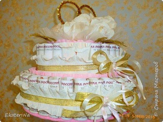 Денежно-конфетный подарок на свадьбу в форме двухъярусного торта. Нижний ярус-шкатулка, в котором можно поместить дополнительный подарок, либо наполнить сладостями. Конфеты Лёвушка завернуты в 50 купюр  номиналом 100 рублей, (купюры продезифицированы). Настоящие деньги  можно заменить на шуточные денежные купюры любых номиналов и валют. Внутри роз конфеты Рафаэлло.  фото 2
