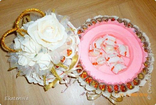 Денежно-конфетный подарок на свадьбу в форме двухъярусного торта. Нижний ярус-шкатулка, в котором можно поместить дополнительный подарок, либо наполнить сладостями. Конфеты Лёвушка завернуты в 50 купюр  номиналом 100 рублей, (купюры продезифицированы). Настоящие деньги  можно заменить на шуточные денежные купюры любых номиналов и валют. Внутри роз конфеты Рафаэлло.  фото 3