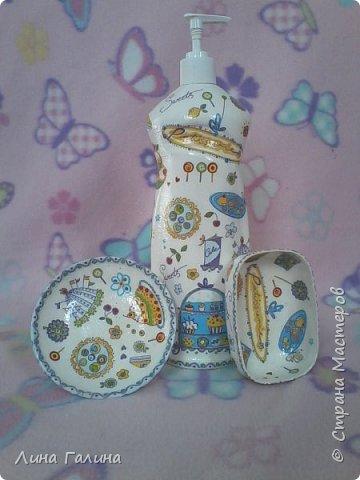 Здравствуй Страна Мастеров!Сегодня я покажу,как я украшала кухню,итак приступим!:))) Итак-начнём с того,что я украсила первым делом-бутылочка с моющим средством,тарелочка под губку для мытья посуды,а мыльница для мыла. фото 1